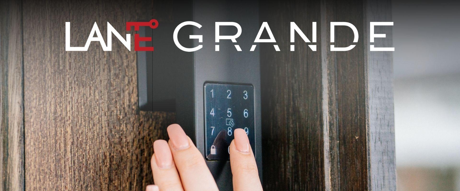 Lane Grande hand on touchpad matte black